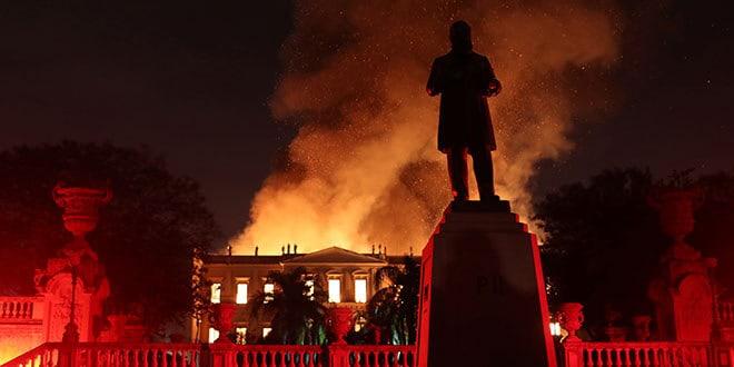 Bomberos intentan extinguir un incendio en el Museo Nacional de Brasil en Río de Janeiro, Brasil, 2 de septiembre del 2018. REUTERS/Ricardo Moraes