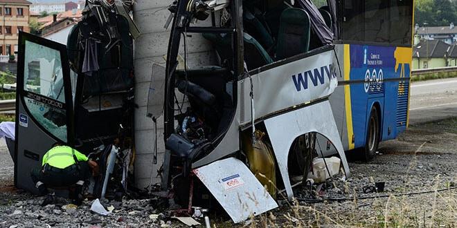 En la imagen, un guardia civil inspecciona un autobús accidentado en Avilés, España, el 3 de septiembre de 2018.  REUTERS/Eloy Alonso