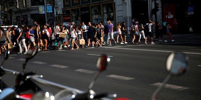 En la imagen de archivo, gente pasea por Gran Vía en Madrid, España, 27 de julio de 2016. REUTERS/Susana Vera
