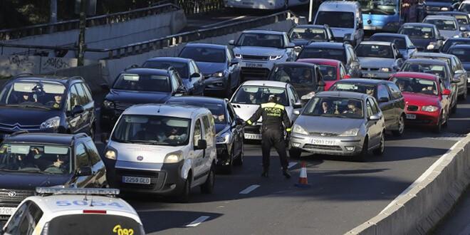 En la imagen de archivo, un policía comprueba matrículas de vehículos en Madrid.  REUTERS/Paul Hanna