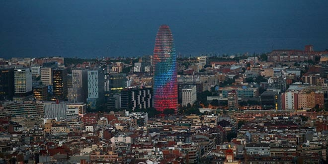 La torre Agbar iluminada con colores del arcoíris durante el World Pride,  Barcelona, el 28 de junio de 2017. REUTERS / Albert Gea / File Photo