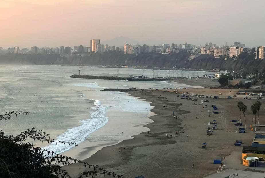 La ciudad de Lima vista desde la playa de Pescadores, Perú, 24 de abril de 2018. REUTERS/Mariana Bazo