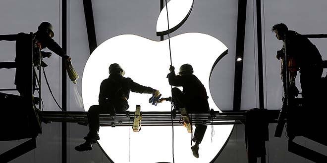 En la imagen de archivo, trabajadores preparan la apertura de una tienda de Apple en Hangzhou, en la provincia de  Zhejiang, China, el 23 de enero de 2015. REUTERS/Chance Chan