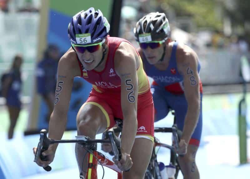 En la imagen de archivo, el español Mario Mola durante la final masculina de triatlón en las Olimpiadas de Río de Janeiro el 18 de agosto de 2016. REUTERS/Damir Sagolj