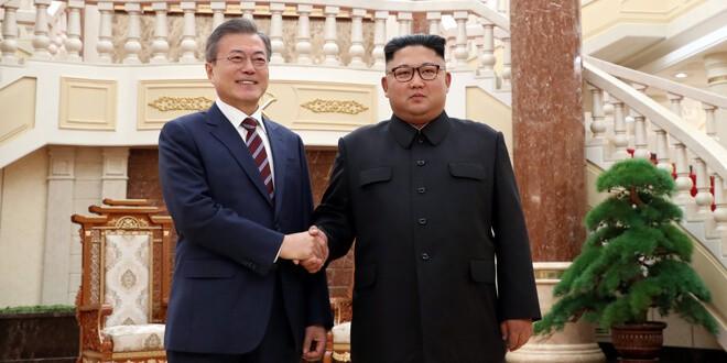 El presidente surcoreano, Moon Jae-in con el líder norcoreano, Kim Jong Un en una reunión en Pyongyang, Corea del Norte, 18 de septiembre del 2018. Cuerpo de prensa de Pyongyang/REUTERS