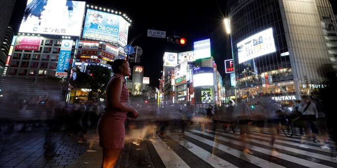 En la imagen de archivo, una mujer permanece de pie en un paso de cebra en el distrito de Shibuya, en Tokio. REUTERS/Toru Hanai