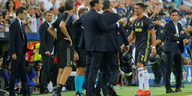 Cristiano se va llorando del campo tras ser expulsado por Félix B