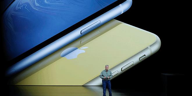 En la imagen, Philip W. Schiller, vicepresidente de Marketing de Apple, durante el lanzamiento del nuevo iPhone de Apple XR en un evento en el teatro Steve Jobs en Cupertino, California, EEUU, el 12 de septiembre de 2018. REUTERS/Stephen Lam
