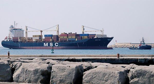 España registró déficit comercial de 35,2% entre enero y julio. En la imagen un buque de contenedores entra en el Puerto de Valencia arrastrado por un remolcador/Reuters