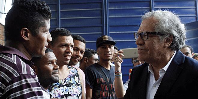 El Secretario General Luis Almagro saluda a las personas durante su visita a un comedor para venezolanos, organizado por la iglesia católica, cerca de la frontera Colombia-Venezuela en Cúcuta, Colombia el 14 de septiembre de 2018. REUTERS / Carlos Eduardo Ramirez