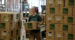 Una empleada lleva una caja en una fábrica de cerveza en Numancia de la Sagra, cerca de Madrid. REUTERS/Sergio Pérez