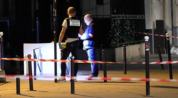 Personal de seguridad observa las huellas de lo ocurrido/Reuters