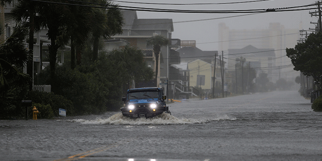 Un vehículo avanza por la inundada avenida Ocean Boulevard en medio del paso del huracán Florence en North Myrtle Beach, Carolina del Sur, EEUU. Septiembre 14, 2018. REUTERS/Randall Hill
