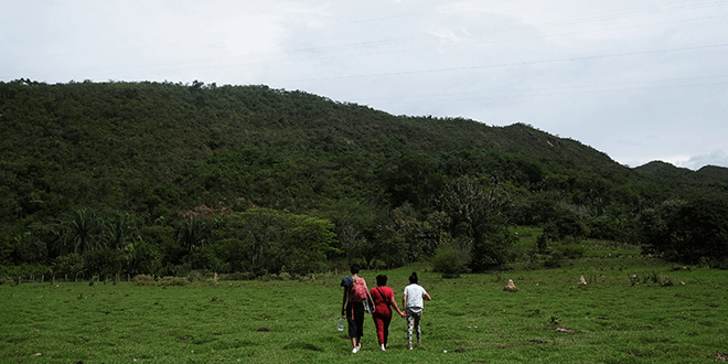 Yeimy, de 37 años, su hijo Juan, de 17, y su hija Paula, de 13, caminan hacia la casa donde vivían hace doce años, cuando fue violada por cuatro combatientes rebeldes de las FARC. REUTERS / Nacho Doce