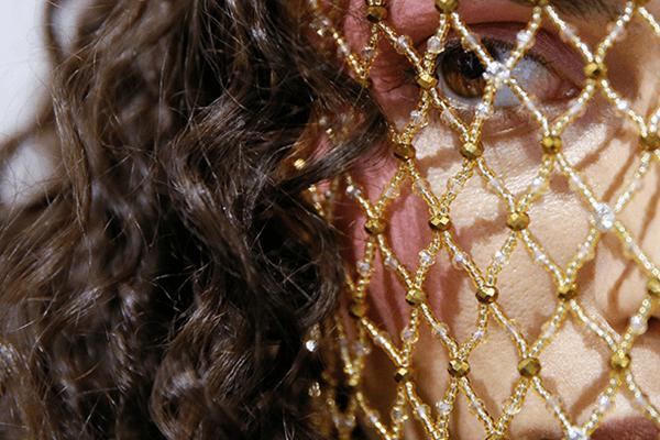 En nuestro recorrido por el mundo en fotos te presentamos a una modelo que espera entre bastidores durante la Semana de la Moda de Ucrania en Kiev / Reuters