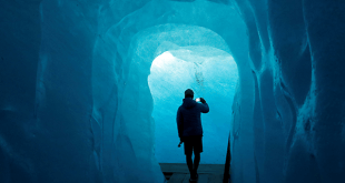 En 12 fotos para recorrer el mundo una foto en la cueva de hielo en el glaciar del Ródano en Furka