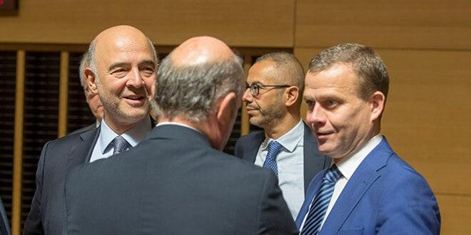 De izquierda a derecha: Pierre Moscovici, comisario europeo de Asuntos Económicos y Financieros, Fiscalidad y Aduanas; Petteri Orpo, ministro finlandés de Finanzas; Luis de Guindos, vicepresidente del Banco Central Europeo, el 2 de octubre en Luxemburgo.
