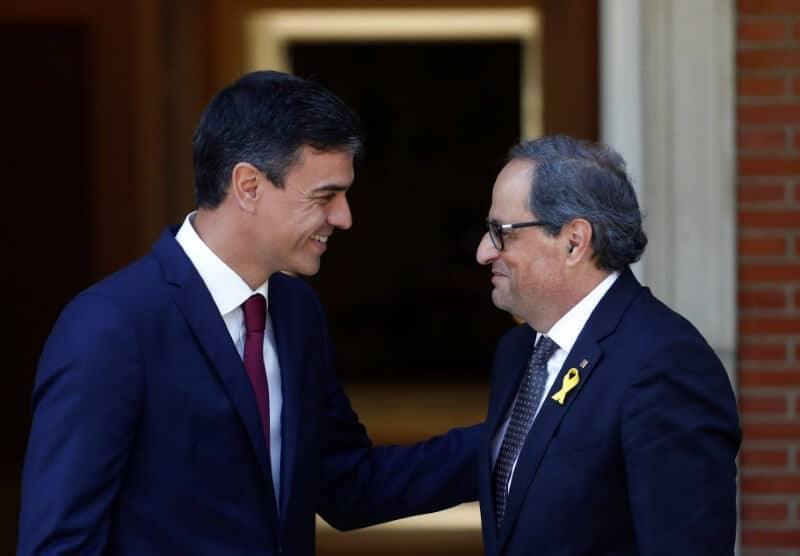 En la imagen de archivo, el presidente del Gobierno español, Pedro Sánchez, saluda al presidente autonómico catalán, Quim Torra, en el Palacio de la Moncloa de Madrid,.  REUTERS/Juan Medina