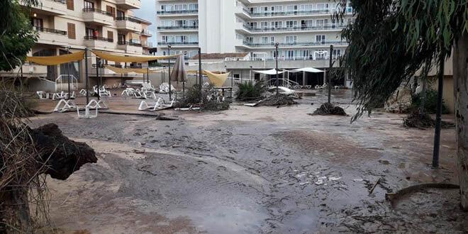 Barro y escombros en una calle de  Mallorca, 10 de octubre de 2018. / Joan Camacho vía REUTERS