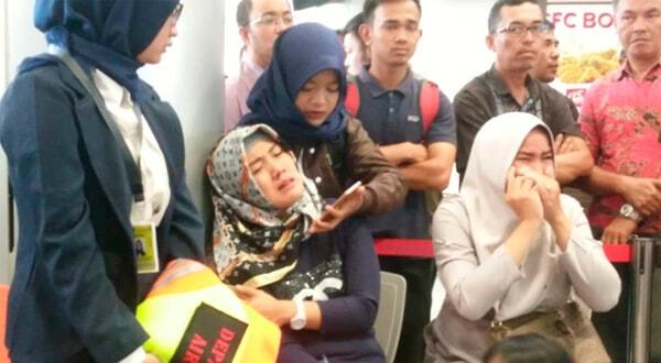 Familiares de los pasajeros del vuelo JT610 de Lion Air que se estrelló en el mar aguardan en el aeropuerto de Depati Amir en Pangkal Pinang, Indonesia. Antara Foto/Elza Elvia a través de REUTERS