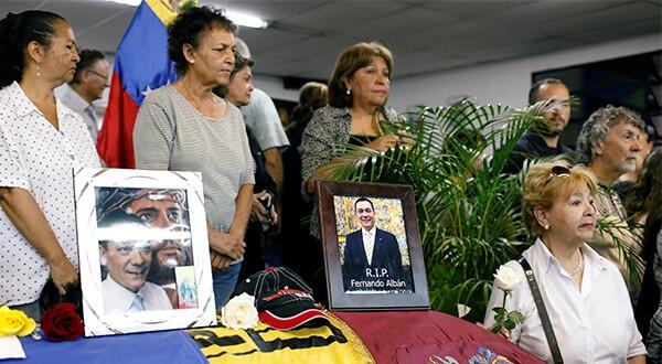 Familiares, amigos y dirigentes políticos estuvieron en el sepelio de Fernando Albán. Dejó dos hijos/Reuters