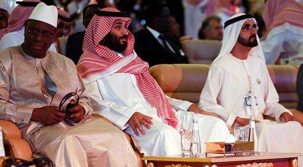 El príncipe heredero de Arabia Saudí, Mohammed bin Salman, junto al presidente de Senegal, Macky Sall, y el primer ministro y vicepresidente de los Emiratos Árabes Unidos y gobernante de Dubai, el jeque Mohammed bin Rashid al-Maktoum, durante el Foro de la Iniciativa de Inversiones Futuras en Riad, 24 de octubre de 2018. Reuters/Faisal Al Nasse