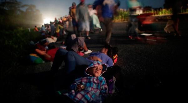 Glenda Escobar, parte de una caravana de miles de centroamericanos en camino a Estados Unidos, descansa en la carretera con su hijo Adonai, mientras se dirigen a Pijijiapan desde Mapastepec. 25 de octubre de 2018. REUTERS/Ueslei Marcelino