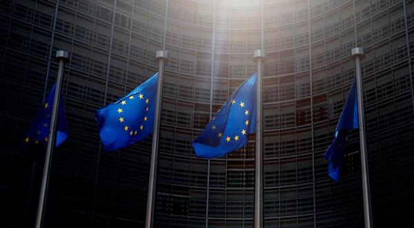 Banderas de la UE ante la sede de la Comisión Europea en Bruselas. REUTERS/Francois Lenoir