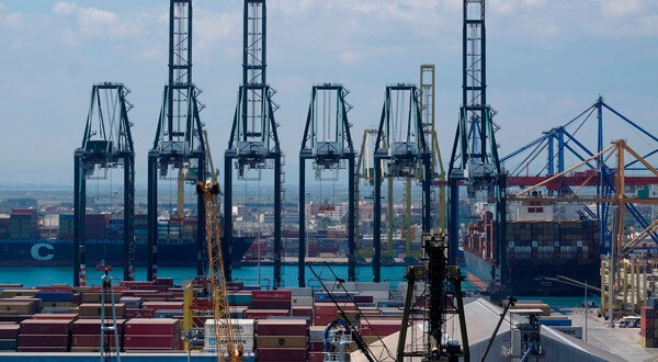 Grúas y contenedores en el puerto de Valencia, 31 de mayo de 2018. REUTERS/Heino Kalis