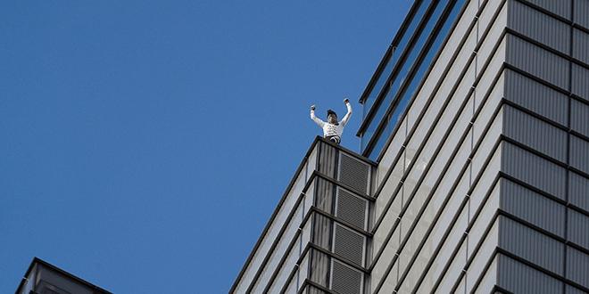 El escalador francés, Alain Robert, celebra su ascenso a la torre Heron, en el distrito financiero en Londres. Reuters/ Peter Nicholls