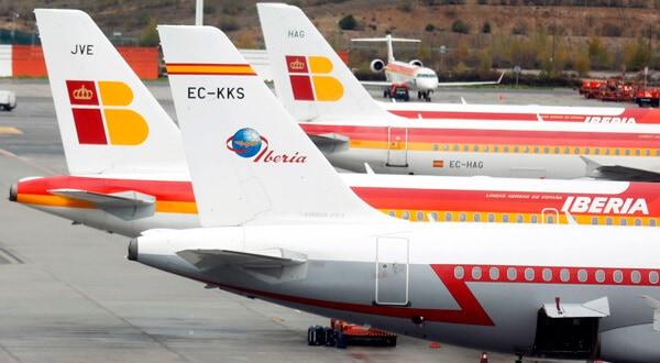 Aviones de Iberia aparcados en el aeropuerto de Madrid-Barajas el 9 de noviembre de 2012. REUTERS/Sergio Perez