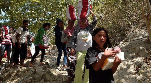 Supervivientes del tsunami de Indonesia buscaban este miércoles en forma desesperada comida en las granjas/Reuters