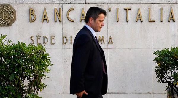 En la imagen de archivo, un hombre camina junto a un cartel del Banco de Italia en Roma. Reuters/Tony Gentile