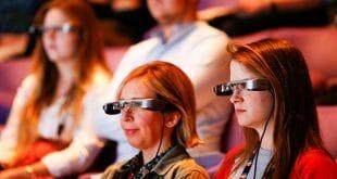 Desarrollan lentes inteligentes con subtítulos para personas sordas/Reuters