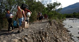 Migrantes huyen de la miseria en Venezuela, pero llegar al extranjero los obliga la mayoría de las veces a entregar sus pocos dólares a grupos delictivos para cruzar la frontera/Reuters