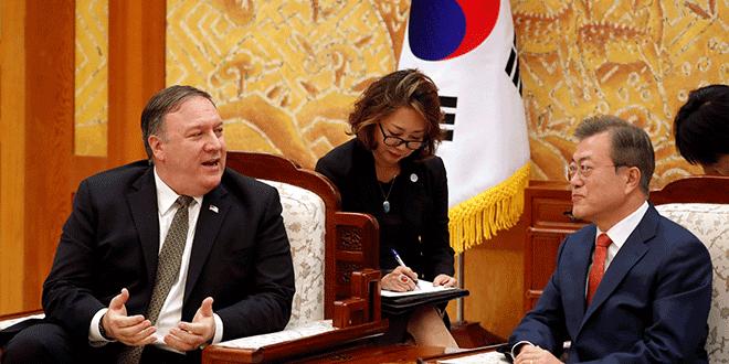 El secretario de Estado de Estados Unidos, Mike Pompeo, conversa con el presidente de Corea del Sur, Moon Jae-in, durante su reunión en la residencia oficial del mandatario en Seúl, Octubre 7, 2018. REUTERS/Kim Hong-Ji/Pool