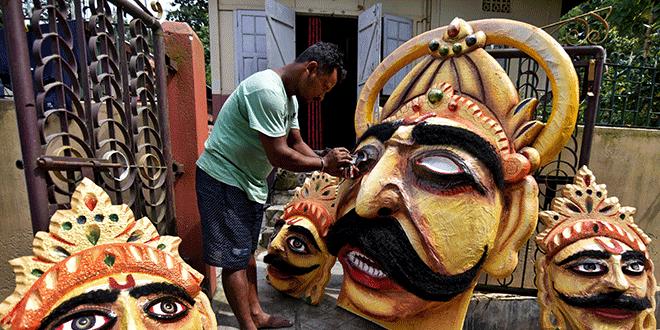 Un artesano pinta una efigie del demonio rey Ravana durante los preparativos para el próximo festival hindú de Dussehra, en la India. REUTERS/Anuwar Hazarika