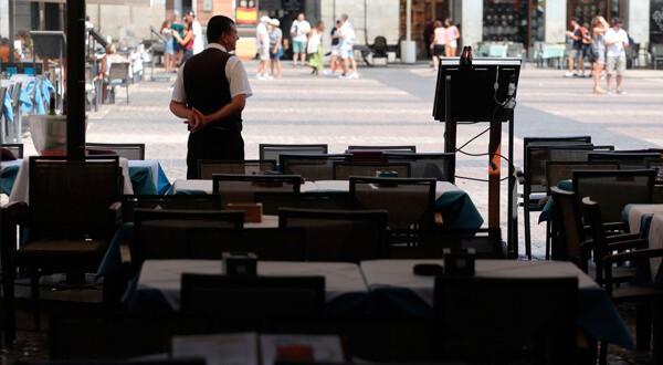 Un camarero a la espera de clientes en una terraza de la Plaza Mayor en el centro de Madrid, 23 de agosto de 23, 2018. REUTERS/Sergio Pérez