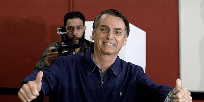 Jair Bolsonaro, candidato presidencial del Partido Social Liberal (PSL), gesticula después de emitir su voto en Río de Janeiro, Brasil, 7 de octubre de 2018. REUTERS/Ricardo Moraes