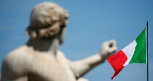 La bandera italiana ondea sobre el Palacio Quirinal en Roma, Italia, el 30 de mayo de 2018. REUTERS / Tony Gentile