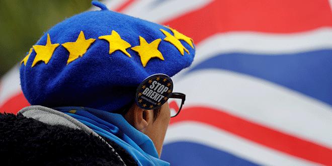 Un hombre usa una boina diseñada para asemejarse a la bandera de la UE durante una manifestación contra el Brexit en Birmingham, Gran Bretaña, 30 de septiembre de 2018. REUTERS / Darren Staples