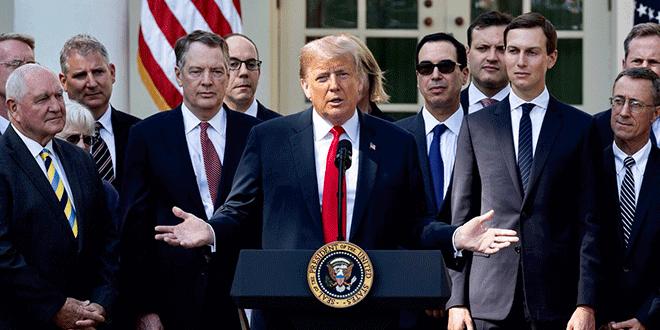 El presidente Donald Trump (centro) junto a su yerno Jared Kushner (derecha), asesor de la Casa Blanca y figura clave del acuerdo.
