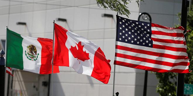 Banderas de los EEUU, Canadá y México ondean en Detroit, Michigan, en agosto de este año. REUTERS/Rebecca Cook.