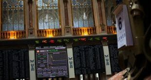 Repsol fue uno de los valores que lograba escapar de las caídas, después de que la agencia de rating, Fitch, mejorase la calificación de la petrolera