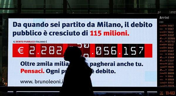 La agencia de calificación financiero Standard & Poor's bajó la perspectiva de la deuda de Italia a negativa el viernes