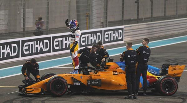 Fernando Alonso se despide del público en el Gran Premio de Abu Dhabi (REUTERS)