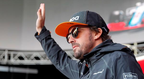 Fernando Alonso, saluda en un evento previo al Gran Premio de Rusia en el circuito de Sochi en Rusia, el 27 de septiembre de 2018. REUTERS/Maxim Shemetov
