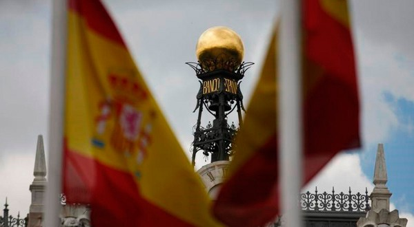 En la imagen de archivo, se ve la cúpula del Banco de España entre banderas españolas en el centro de madrid, el 19 de junio de 2013. REUTERS/Sergio Pérez