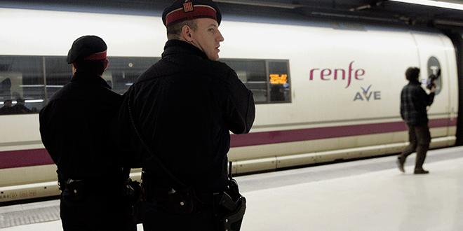 Mossos en un andén del AVE en la estación de Sants en Barcelona, 20 de febrero de 2008. REUTERS/Gustau Nacarino