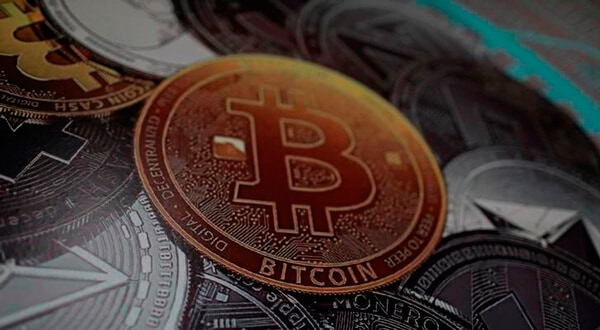 Logo de bitcoin se ve en una instalación del Ministerio de Juventud y Deportes en Caracas, Venezuela, el 23 de febrero de 2018. REUTERS / Marco Bello